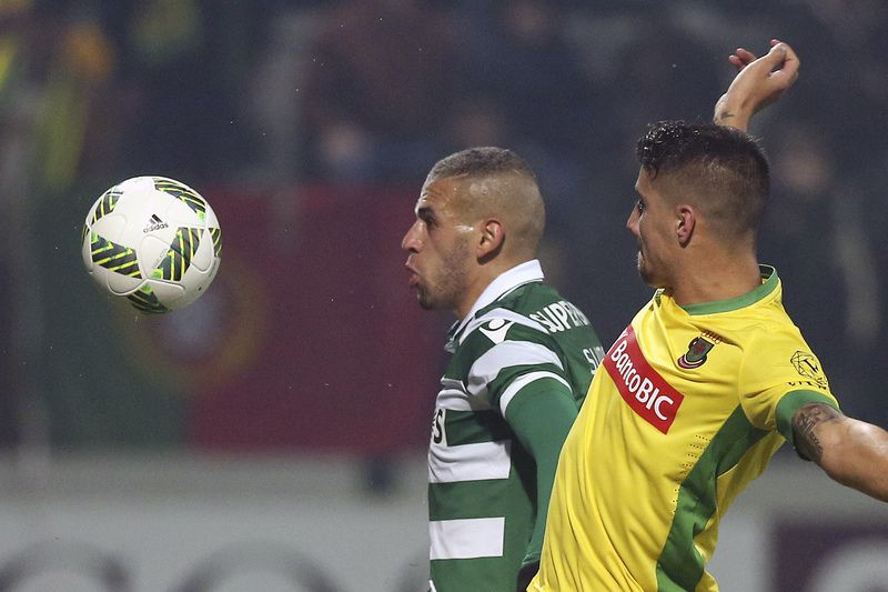 Pacos de Ferreira vs Sporting • Pacos de Ferreira's Marafona (L) and Fabio Cardoso (R)  in action against Sporting Islam Slimani during their Portuguese First League soccer match held at Mata Real stadium, Pacos de Ferreira, Portugal, 23th January 2016. JOSE COELHO/LUSA • Lusa