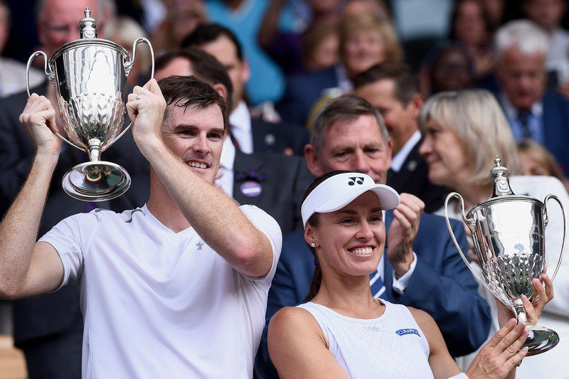 Martina Hingis e Jamie Murray campeões de pares mistos • Martina Hingis (R) of Switzerland and Jamie Murray (L) of Britain celebrate with their trophies after winning against Heather Watson of Britain and Henri Kontinen of Finland during their Mixed Doubles final match for the Wimbledon Championships at the All England Lawn Tennis Club, in London, Britain, 16 July 2017.  • EPA/GERRY PENNY
