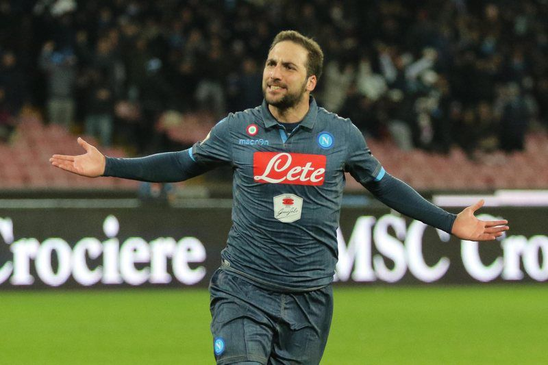 Gonzalo Higuaín marca três golos • epa04654276 SSC Napoli's forward Gonzalo Higuain exults after scoring the goal of 2-0 during the italian serie A soccer match Napoli-Inter at San Paolo Stadium, Naples, Italy, 08 March 2015.  • EPA/CESARE ABBATE