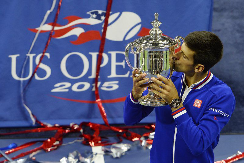 Novak Djokovic, número um do mundo, venceu o US Open • Novak Djokovic of Serbia holds up the championship trophy after defeating Roger Federer of Switzerland to win the men's final on the fourteenth day of the 2015 US Open Tennis Championship at the USTA National Tennis Center in Flushing Meadows, New York, USA, 13 September 2015 • EPA/CJ GUNTHER