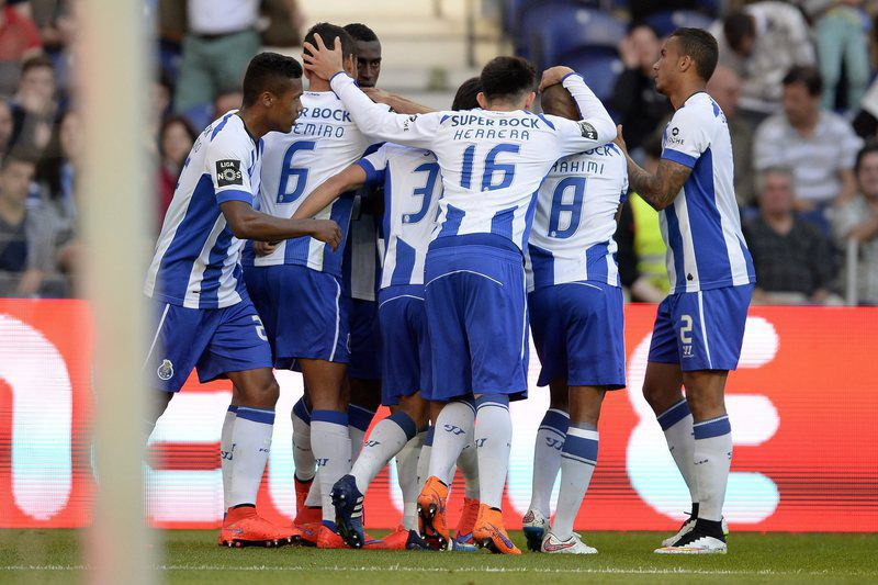 Jogadores do FC Porto celebram golo de Jackson • epa04742167 FC Porto's players celebrate after scoring the first goal against Gil Vicente during their Portuguese First League soccer match held at Dragao stadium in Porto, Portugal, 10 May 2015.  • EPA/FERNANDO VELUDO