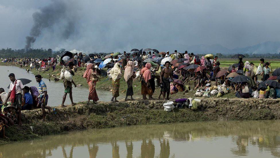 Fumaça do que se acredita ser uma aldeia em chamas no estado de Rakhine, em Mianmar, enquanto membros da minoria muçulmana Rohingya se abrigam eentre Bangladesh e Mianmar, em Ukhia, perto da fronteira, em 4 de setembro de 2017