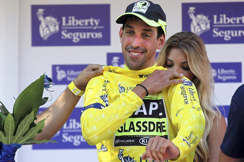 Victor de la Parte vence em Fafe, 2014 • Spanish cyclist Victor de La Parte of the Efapel - Glassdrive team puts on the overall leader's yellow jersey on the podium after winning the prologue of the 76th Volta a Portugal cycling tour over 6.8km in Fafe • EPA/NUNO VEIGA
