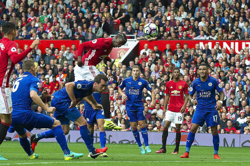 Pogba (C) aponta o quarto golo do Manchester • Paul Pogba (C) scores the 4-0 lead during the English Premier League soccer match between Manchester United and Leicester City at the Old Trafford in Manchester, Britain, 24 September 2016.  • EPA/PETER POWELL