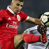 Ruben Dias disputa a bola com Tallo