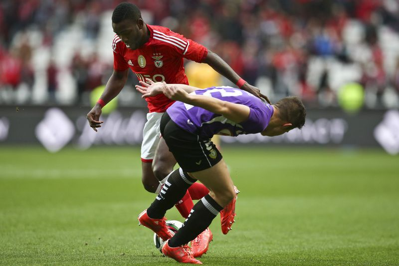 Benfica vs Vitoria de Setubal • Benfica's player Ola John (L) vies for the ball against Vitoria de Setubal's player Pelkas (R) during their Portuguese First League soccer match held at Luz stadium in Lisbon, Portugal, 15 February 2015. MANUEL DE ALMEIDA/LUSA • Lusa
