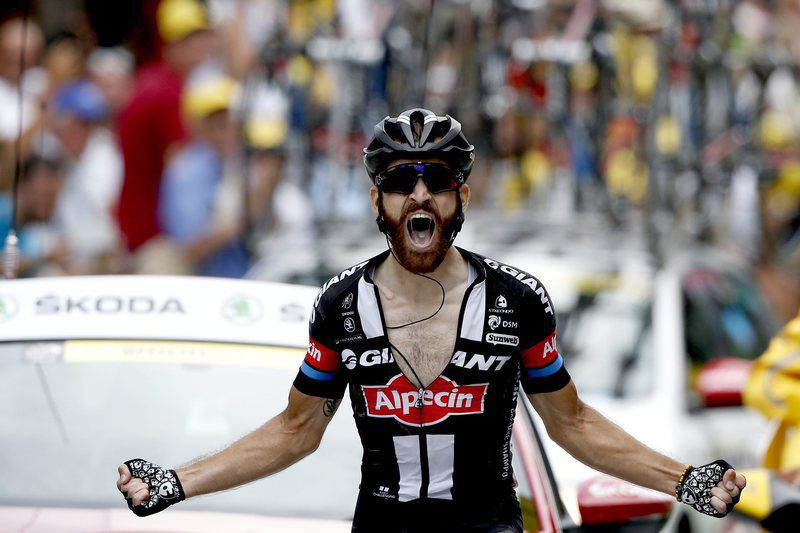 Simon Geschke vence a 17.ª etapa da Volta a França • epa04856623 Team Giant Alpecin rider Simon Geschke of Germany celebrates as he crosses the finish line to win the 17th stage of the 102nd edition of the Tour de France 2015 cycling race over 161 km between Digne-les-Bains and Pra Loup, France, 22 July 2015.  • EPA/SEBASTIEN NOGIER