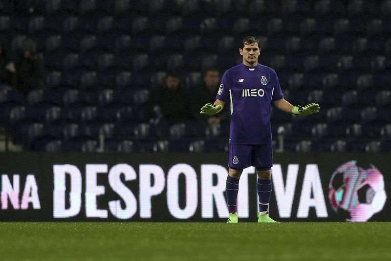 FC Porto vs Arouca • epa05148553 FC Porto's goalkeeper Iker Casillas reacts during the Portuguese First League soccer match against Arouca held at Dragao stadium in Porto, Portugal, 07 February 2016.  EPA/ESTELA SILVA