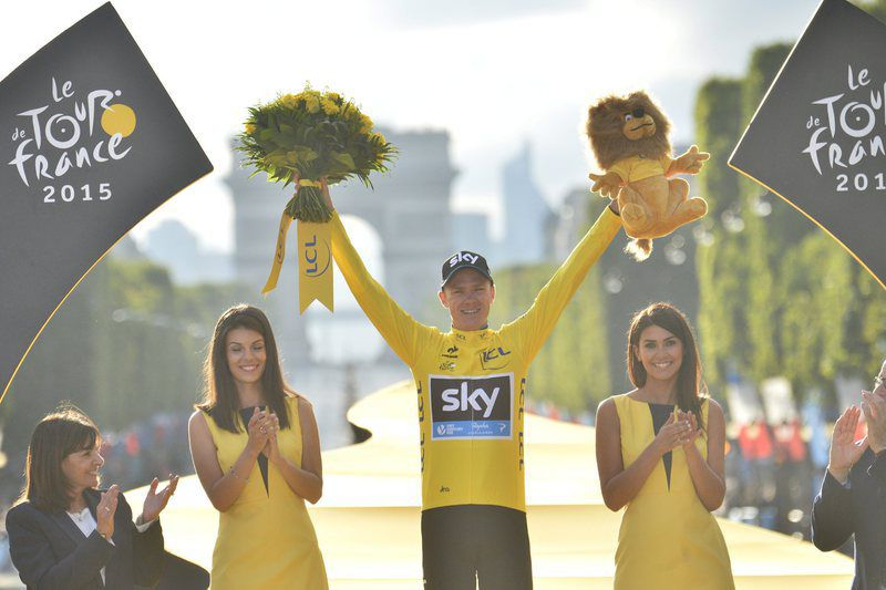 Froome satisfeito com a conquista em Paris • epa04862070 Team Sky rider Christopher Froome of Great Britain celebrates on the podium after wining the 102nd edition of the Tour de France 2015 cycling race, Paris Champs-Elysees, France, 26 July 2015.  • EPA/STEPHANE MANTEY / POOL POOL