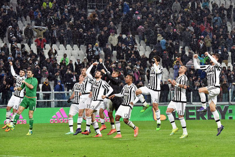 Jogadores da Juventus celebram a vitória diante do Inter • epa05185708 Juventus' players celebrate with supporters at the end of the Italian Serie A soccer match Juventus Fc vs Fc Internazionale at Juventus stadium in Turin, Italy, 28 February 2016.  • EPA/ANDREA DI MARCO