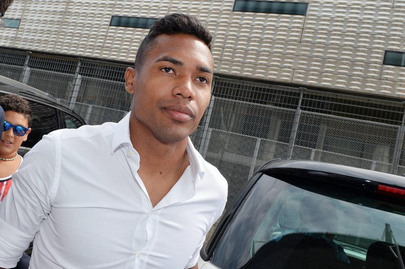 Alex Sandro in Turin • epa04889957 New Juventus player Alex Sandro arrives to undergo medicals in Turin, Italy, 20 August 2015. The Brazilian player will be transferred from FC Porto for an estimated amount of 20 million euros as media reports.  EPA/ALESSANDRO DI MARCO • Lusa