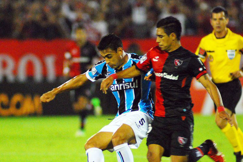 Alan Ruiz (E) em ação na Taça Libertadores • Victor Figueroa (R) of Newell's Old Boys of Argentina vies for the ball with Alan Ruiz (L) of Gremio of Brazil during their soccer match of the Libertadores Cup at Marcelo Bielsa stadium in Rosario, Argentina, 19 March 2014.  • EPA/MARIO GARCIA