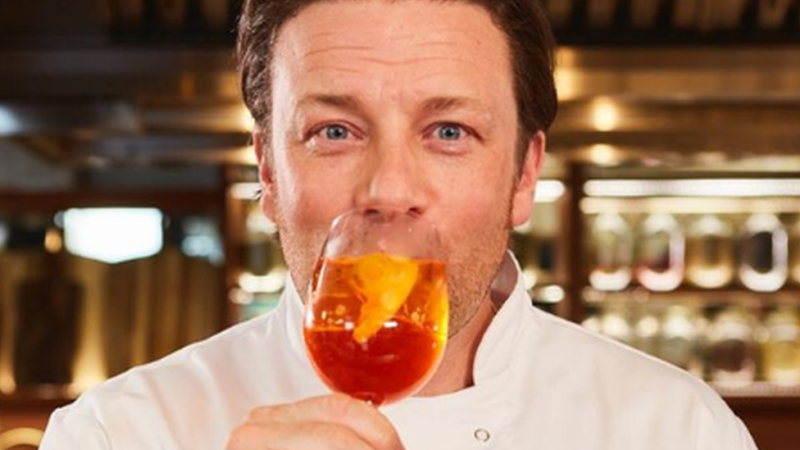 Como o império de restaurantes do chef pop Jamie Oliver foi do auge à bancarrota