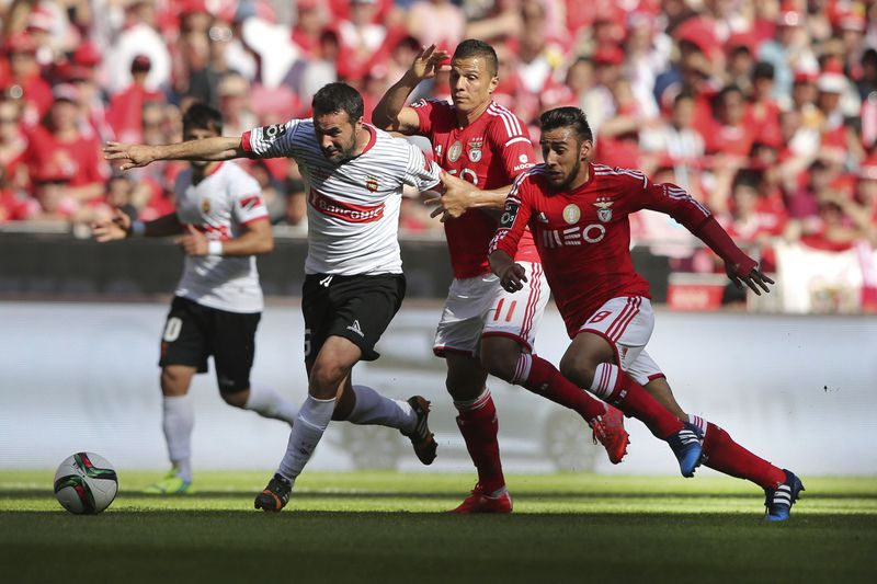 Benfica vs Penafiel • Benfica's players Salvio (R) and Lima (C) vies for the ball against Penafiel player Pedro Ribeiro (L) during their Portuguese First League soccer match held at Luz stadium in Lisbon, Portugal, 09 Mai 2015. MIGUEL A. LOPES/LUSA • Lusa