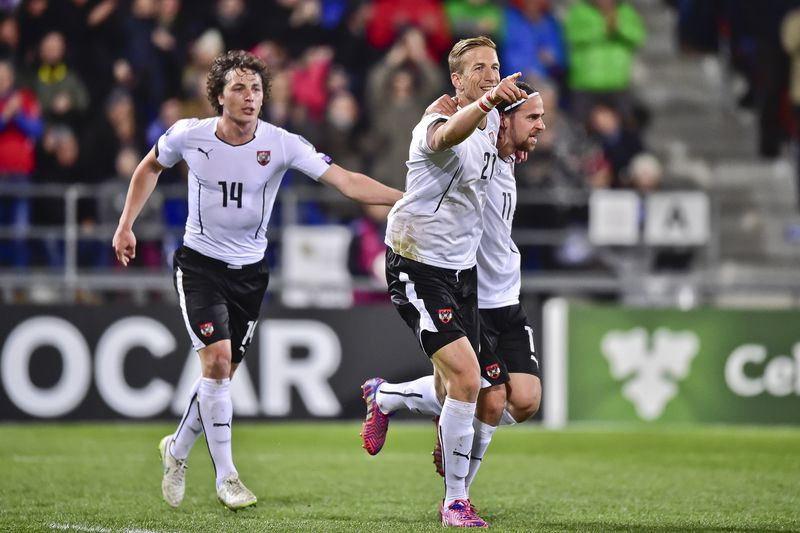 Áustria vence Rússia com acrobacia de Janko  • Austria's Marc Janko (C) celebrates with teammates Martin Harnik (R) and Julian Baumgartlinger (L) after scoring the second goal of the match during the Euro 2016 qualifying football match between Liechtenstein and Austria at the Rheinpark stadium in Vaduz on March 27, 2015.   AFP PHOTO / MICHAEL BUHOLZER