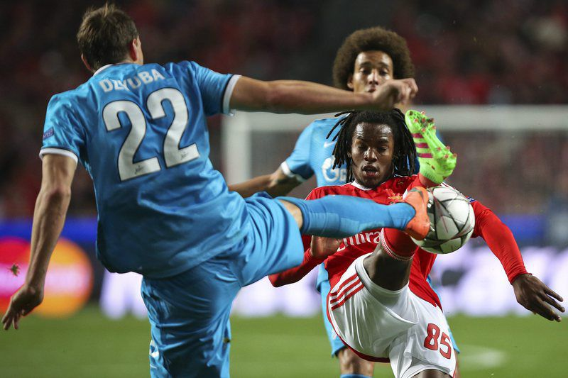 Benfica vs FC Zenit • epa05165154 SL Benfica´s Renato Sanches (R) in action against FC Zenit St. Petersburg's Artem Dzyuba during the UEFA Champions League Round of 16, first leg soccer match at Luz Stadium in Lisbon, Portugal, 16th February 2016.  EPA/JOSE SENA GOULAO • Lusa