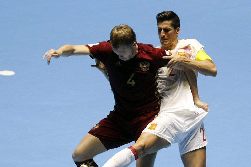 Spain vs. Russia • epa05555027 Ortiz (R) of Spain vies for the ball with Dmitry Lyskov (L) of Russia during the Futsal World Cup Colombia 2016 quarterfinal match between Spain and Russia at the Coliseo del Pueblo in Cali, Colombia, 24 September 2016.  EPA/CHRISTIAN ESCOBAR MORA • Lusa