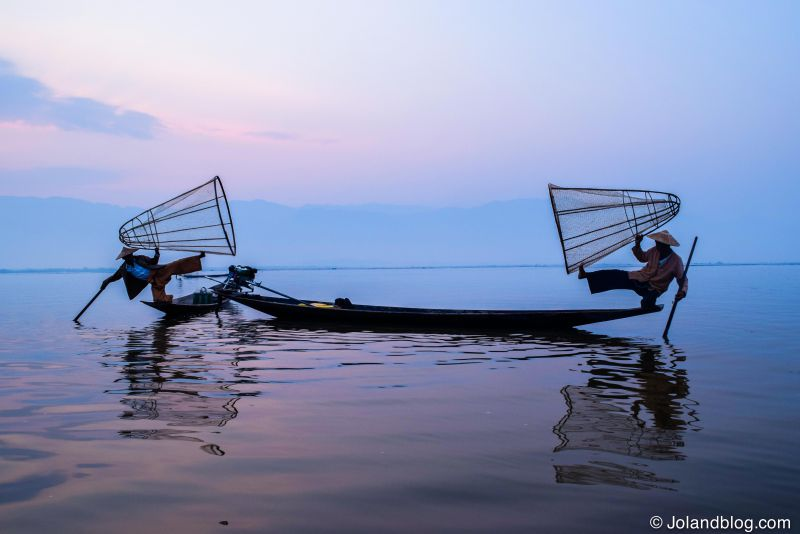 Pescadores no Inle Lake ao nascer do sol