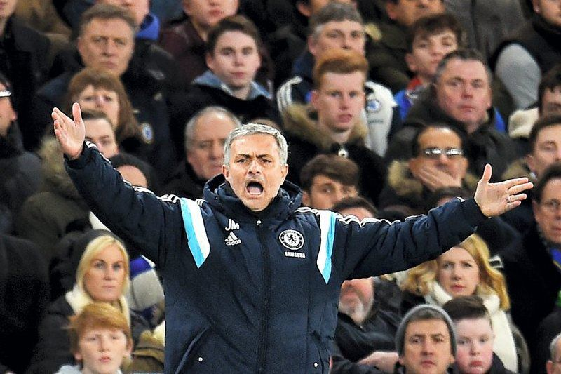 Mourinho na final da Taça da Liga inglesa • Chelsea manager Jose Mourinho reacts during the English Capital One Cup semi-final soccer match return leg between Chelsea FC and Liverpool FC at Stamford Bridge in London, Britain, 27 January 2015. • EPA/ANDY RAIN