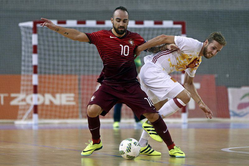 Portugal vs Spain • epa05521938 Portugal player Ricardinho (R) in action against Spain player Pola during their friendly futsal match held at Multiusos de Gondomar, Porto, Portugal, 3th September 2016.  EPA/JOSE COELHO • Lusa