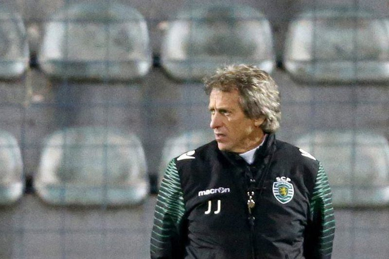 Sporting training • epa05011017 Sporting Lisbon coach Jorge Jesus during a training session in Tirana, Albania, 04 November 2015. Sporting Lisbon will face Skenderbeu in an UEFA Europa League soccer match on 05 November.  EPA/ARMANDO BABANI • Lusa