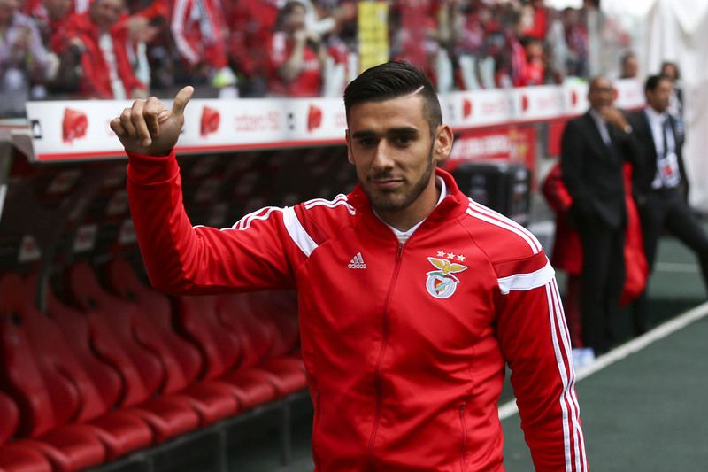 SL Benfica vs FC Porto • SL Benfica´s player Salvio acknowledges the fans before their Portuguese First League soccer match against FC Porto held at Luz Stadium in Lisbon, 26 April 2015. JOSE SENA GOULAO/LUSA • Lusa