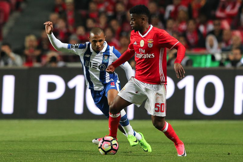 Benfica vs FC Porto • Benfica's Nélson Semedo (R) in action with FC Porto's Yacine Brahimi during their Portuguese First League soccer match at Luz Stadium, in Lisbon, Portugal, 1 April 2017. MIGUEL A. LOPES/LUSA • Lusa