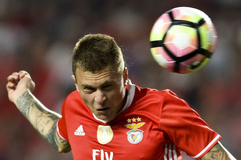 Benfica's Swedish defender Victor Lindelof (L) heads the ball with Setubal's midfielder Fabio Pacheco (C) during the Portuguese league football match SL Benfica vs Vitoria FC at the Luz stadium in Lisbon on August 21, 2016. / AFP PHOTO / PATRICIA DE MELO MOREIRA • AFP or licensors