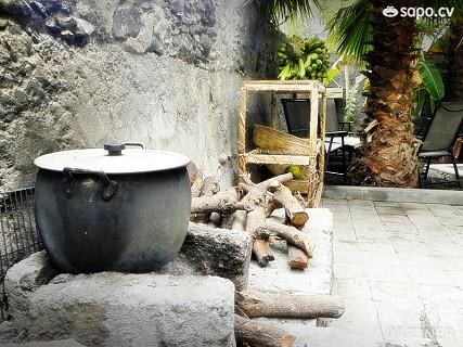 A cachupa d´lenha é especialidade da casa.