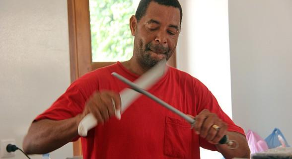 Açougueiro a preparar-se para cortar carne