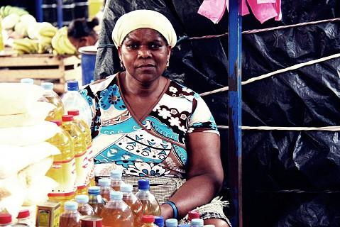 Vendedeira da parte do mercado destinada aos produtos alimentares.