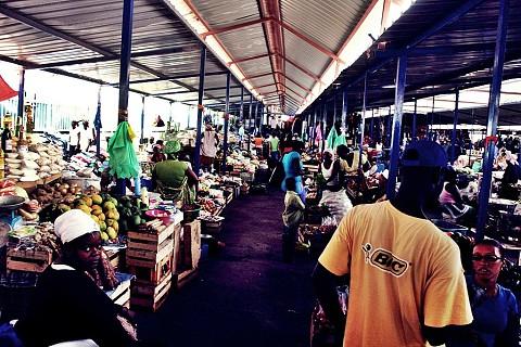 Esta parte do mercado é coberta e protegida do sol e das chuvas.