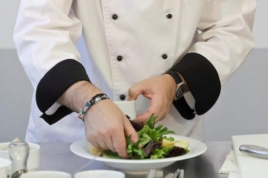 Coloque no prato, ao redor da alface e das batatas, o feijão verde, também já previamente cozido.