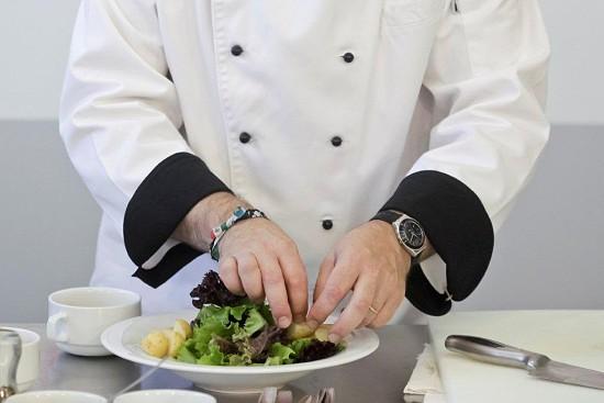 Comece por pôr no prato uma boa quantidade de alface e, ao seu redor, de um lado e do outro, uma pequena quantidade de batatas previamente cozidas.