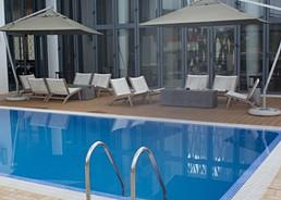 Área de lazer com piscina no Hotel Terminus