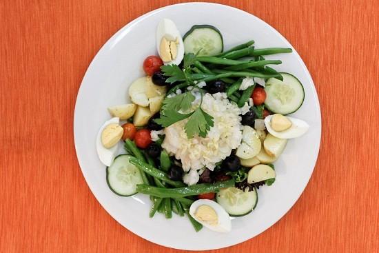 Veja como se faz esta saborosa e variada salada niçoise com bacalhau, bem adaptada ao gosto português.