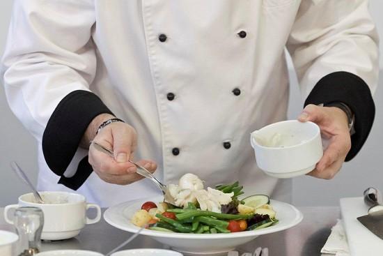 Coloque agora o bacalhau, que já foi previamente cozido e que deve estar bem lascado, bem desfeito.