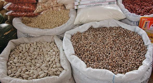 Sacos de feijão no mercado do Plateau