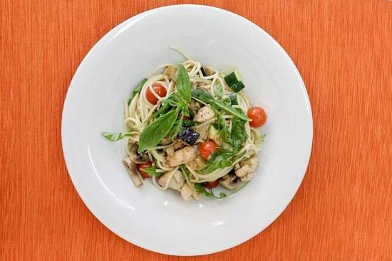 Para saborear quente ou frio, aqui está um belo prato de peito de frango salteado com legumes e esparguete. Veja como se faz.