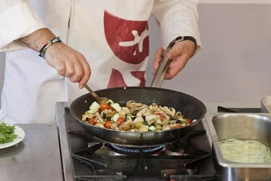 Não deixe os legumes cozinhar demais, se pretender que eles fiquem  quase semi-crus e crocantes.