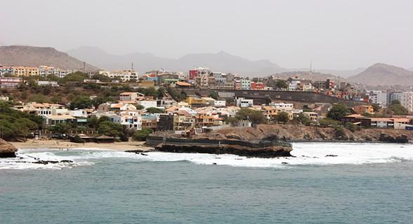 Ao fundo, praia da Prainha, Gamboa, Achada... a capital estendida