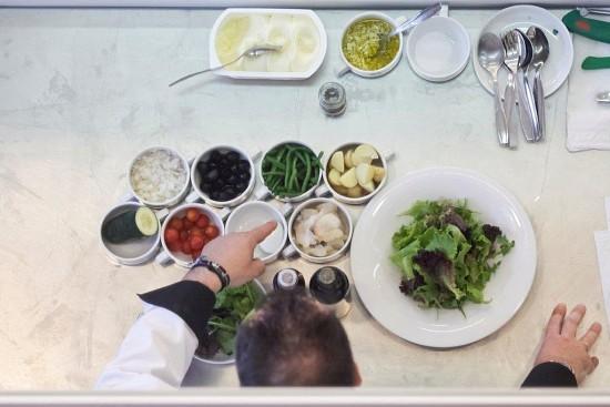 Ingredientes necessários: alface, batata cozida, feijão verde, azeitonas, cebola picada, pepino, tomate, ovo cozido, bacalhau, azeite e vinagre de vinho tinto.