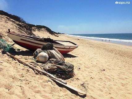 Um pouco por toda a praia vêem-se barcos e pescadores a tratarem das suas redes