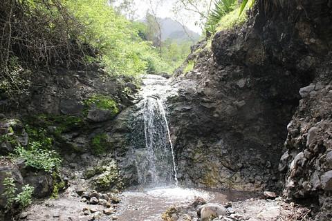 As quedas de água são frequentes em época de chuvas, mas secam rapidamente devido às temperaturas locais.