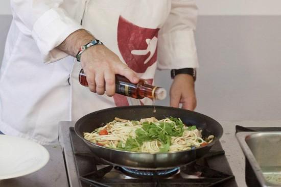 Já com tudo bem misturado e cozinhado, adicione um pouco de rúcula e um fio de azeite.