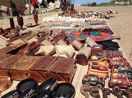 Assim que se sai do Batelão, há bancas de artesanato com um pouco de tudo à venda. Prepare-se para regatear os preços