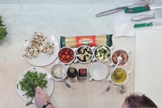 Ingredientes necessários: peito de frango cortado em pedaços, gourgettes, esparguete, bringelas, tomates cherry, cogumelos, rúcula, cebola, azeite, vinagre balsâmico, sal fino, alho picado com azeite e pimenta de moinho.