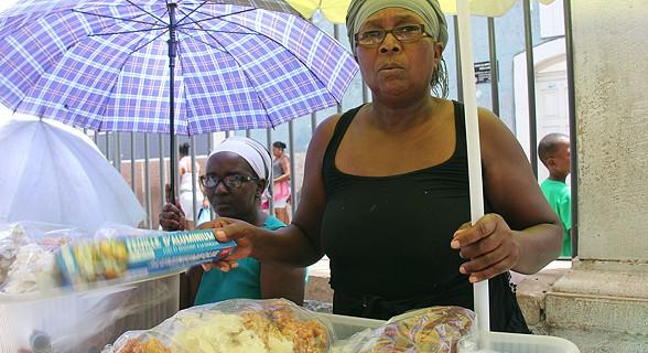 Mulher a vender doces no mercado do Plateau