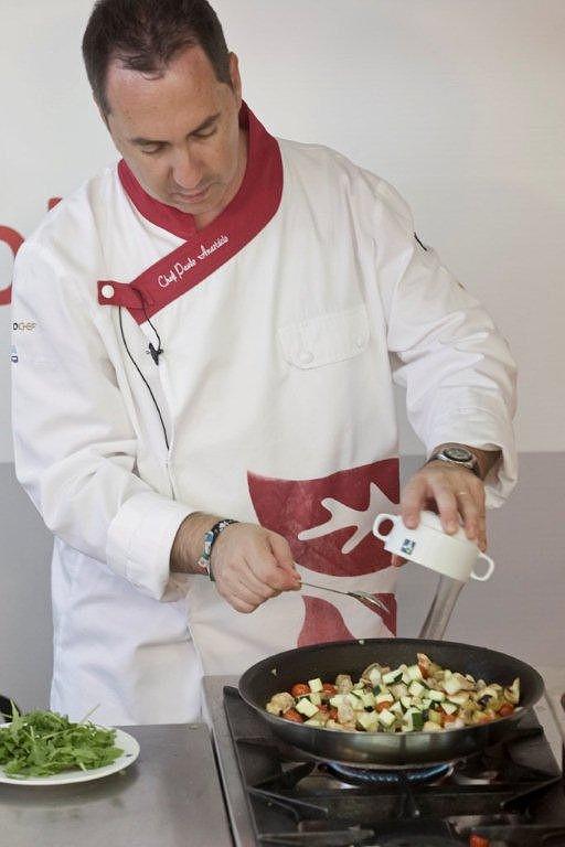 Ponha na frigideira, finalmente, as gourgettes. Convém ser o último legume a entrar, porque coze com muita facilidade.
