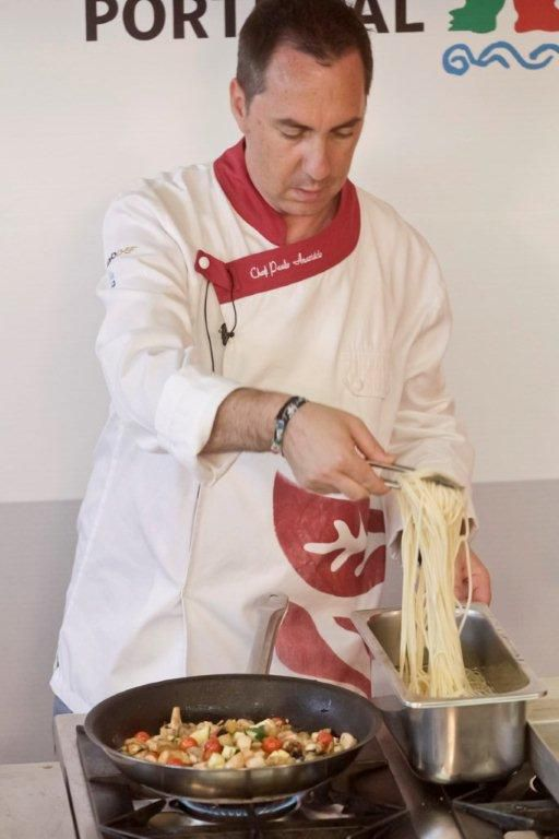 Chegou a altura de colocar na frigideira o esparguete, que já foi cozido antecipadamente, durante 8 a 9 minutos, em água, sal e um fiozinho de gordura (no caso azeite), tendo depois sido passado por água para arrefecer.
